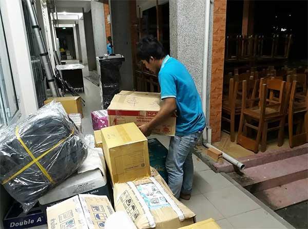 Nhân viên công ty Kiến Vàng đóng gói và vận chuyển đồ