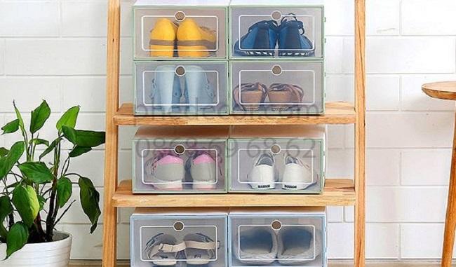 Đặt giày trong hộp hoặc bao túi chuyên dụng