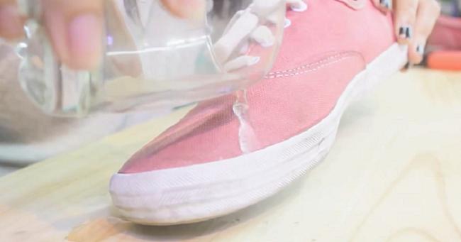 Ưu tiên mang giày chống nước vào mùa mưa