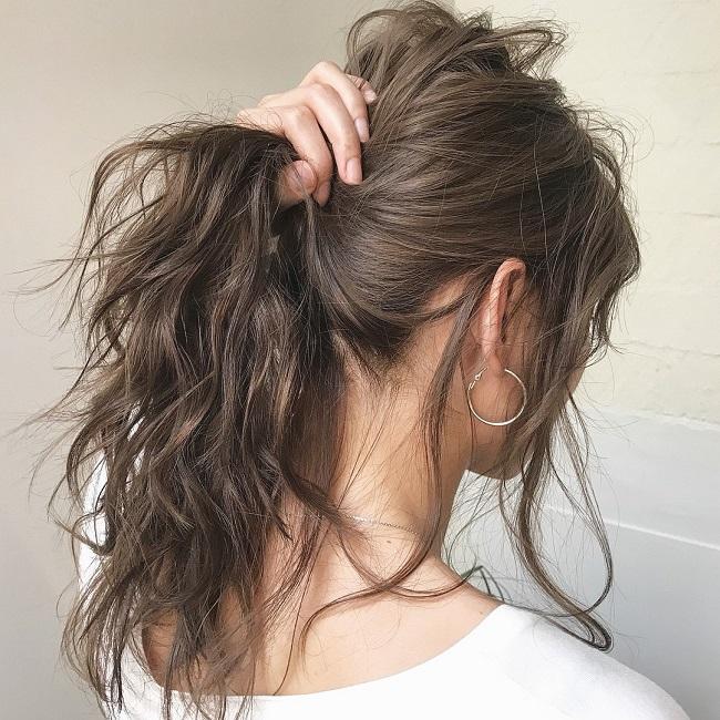 Buộc tóc chặt thường xuyên sẽ làm tóc yếu và gãy rụng
