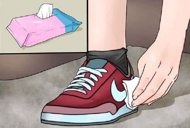 Luôn mang theo khăn giấy thấm nước
