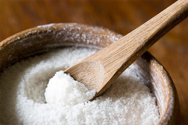 Cho ít muối vào dầu khi chiên