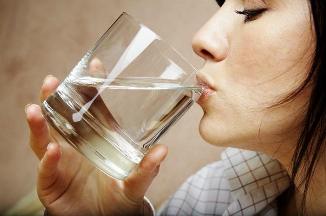 Uống nước để bù lại lượng nước cho cơ thể