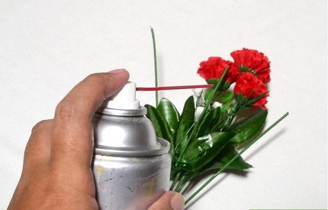 Dùng bình nén khí chuyên dụng để loại bỏ bụi trên hoa