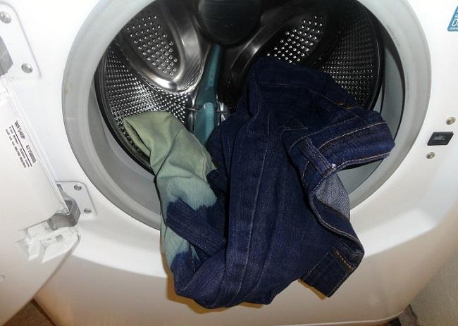 Không nên giặt nhiều quần jeans cùng một lúc