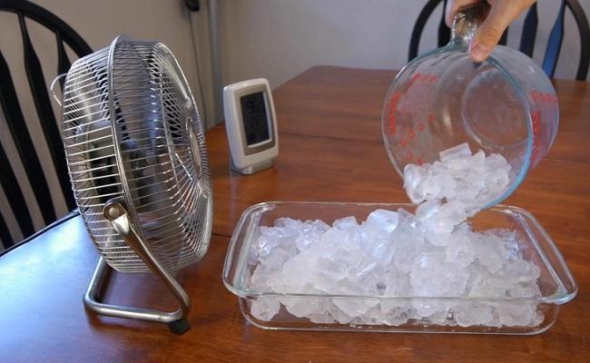 Đặt đá lạnh trước quạt để tăng hiệu quả làm mát