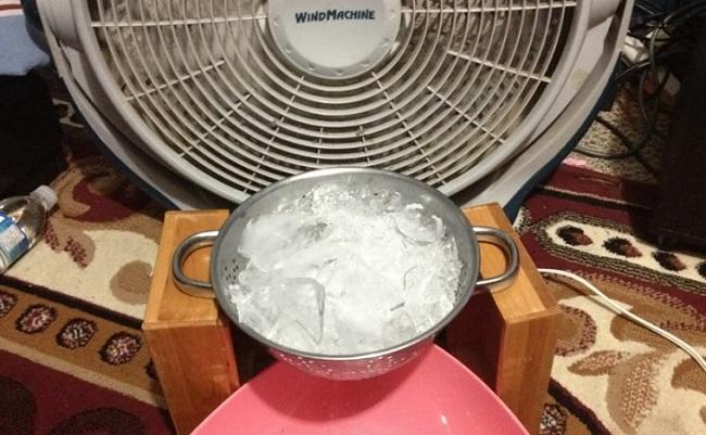 Để túi nước đá hoặc chai nước đông lạnh gần nơi ngủ