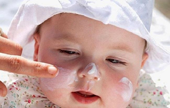 Chuẩn bị sẵn áo chống nắng cho bé