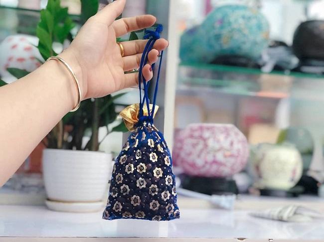 Tẩy mùi xi măng nhà mới bằng túi thơm