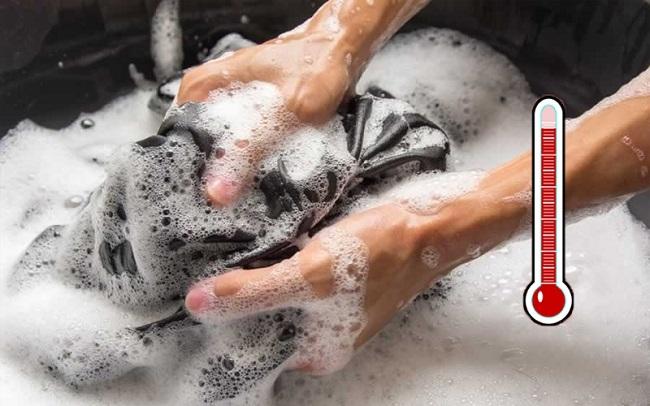 Thường xuyên giặt quần áo với nước nóng