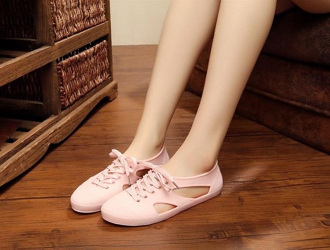 Giày rộng hoặc quá nhỏ, không ôm vừa chân