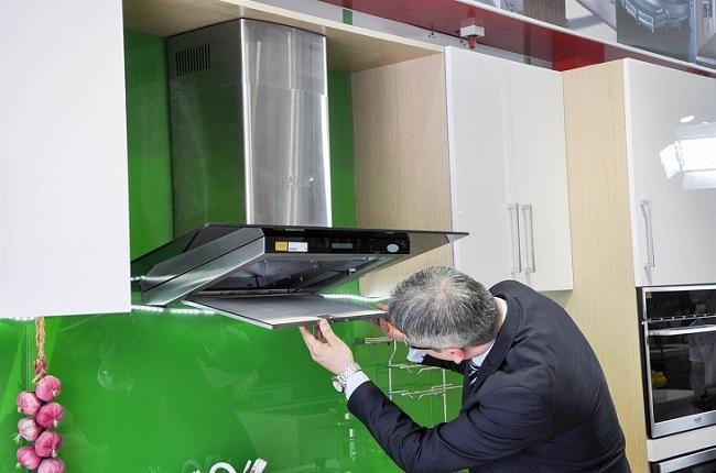 Kiểm tra các bộ phận máy hút mùi cần phải vệ sinh hoặc thay mới