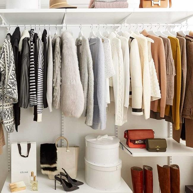 Xếp túi xách trên kệ tủ quần áo